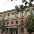 Mérnökcsalád a Múzeum körúton-Az ELTE épületszobrai