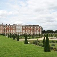 Henrik, Vilmos, és persze a feleségek: Hampton Court Palace, London