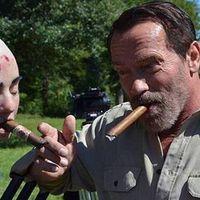 Arnold megvédi a lányát
