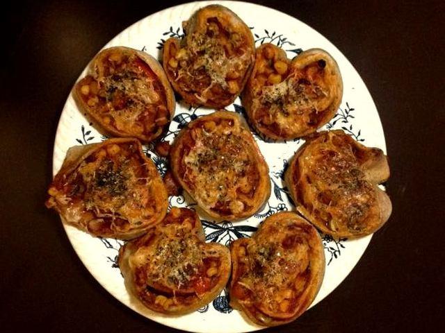Gyors pizzás tekercsek rozsliszttel és házi paradicsomszósszal