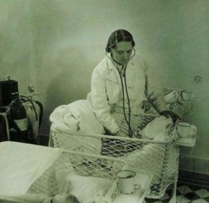 6-a-csepeli-weiss-alice-gyermekagyas-otthon-sztetoszkopos-orvosi-vizsgalat-300x292.jpg