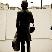 Cseh Tamásnak szobrot állítani