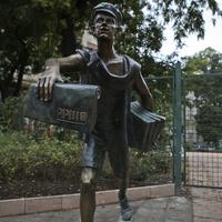 Blikk-szobrokat minden utcasarokra!