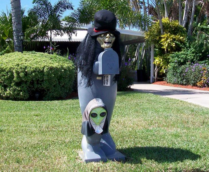 demon-alien-mailbox.jpg