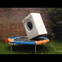 Valami állat rárakta a mosógépet a trambulinra....