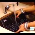 Örök klasszikus, ahogy az indián picsu elmossa a notebookot