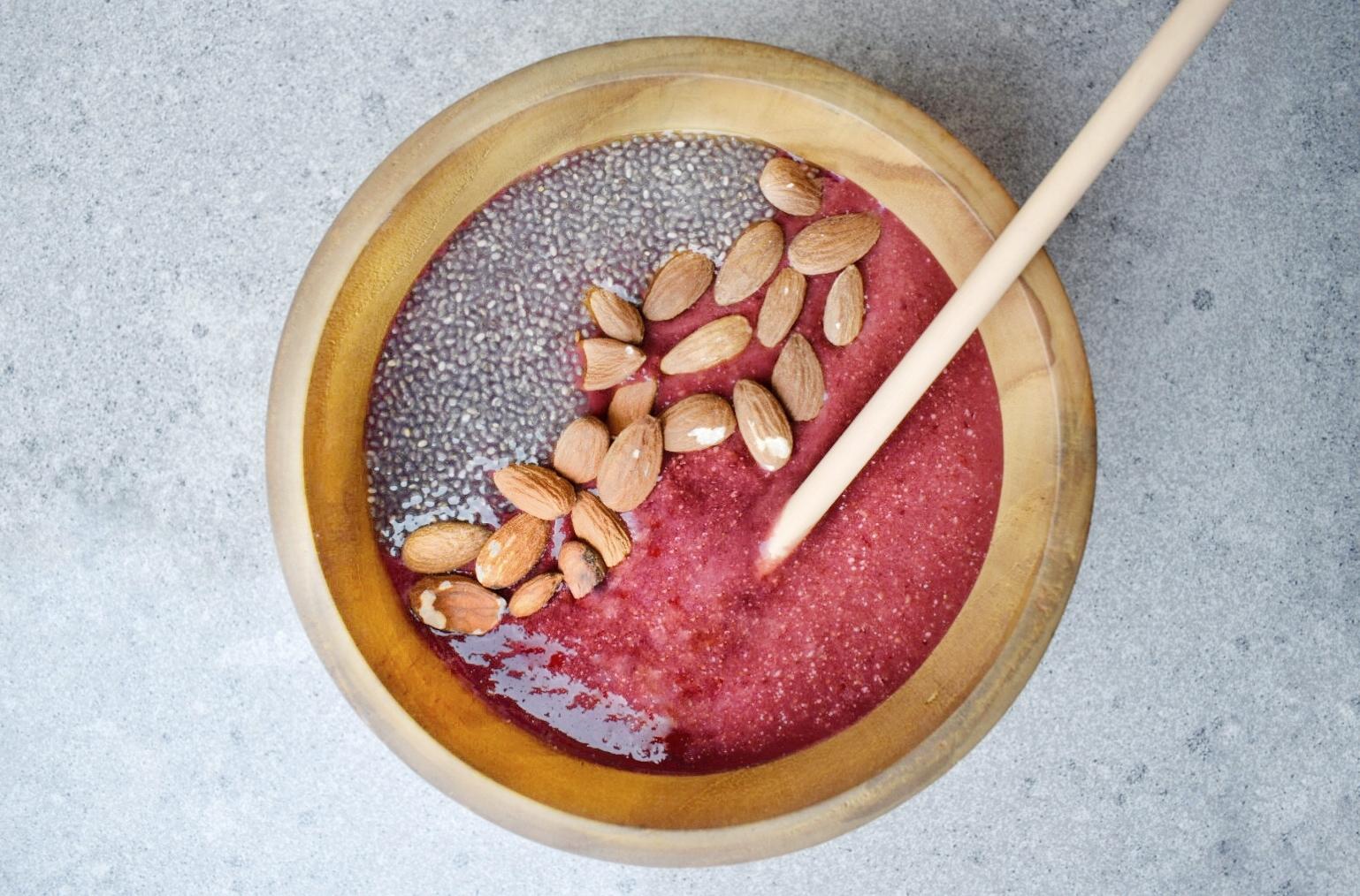 Erdei gyümölcsös smoothie bowl