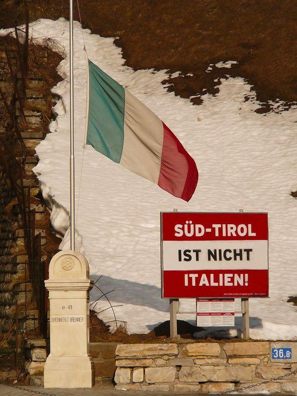 08 Suedtirol_ist_nicht_Italien_-_Brennero 600x.jpg