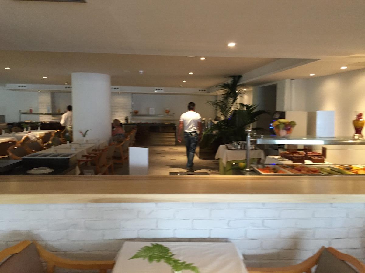 ismeretlen férfi hátulról :) a még szinte üres étkezőben