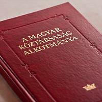 Az Országgyűlésben még a régi Alkotmányra esküsznek