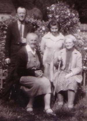 1965 Bózes Flátila Jozef (Vucu - pap), felesége, Leticia, Glodeann Valeri , Tenzi 300.jpg
