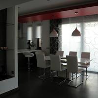Hófehér konyha vörös sálban