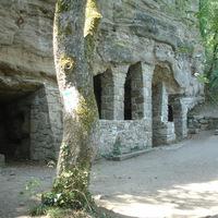 Tihanyi barátlakások (barlanglakások) forrással