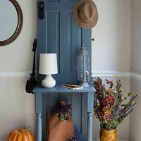 Kreatív előszobafal régi ajtóból