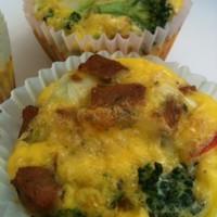 Paleo Reggeli: Tojásos muffin kolbásszal és brokkolival