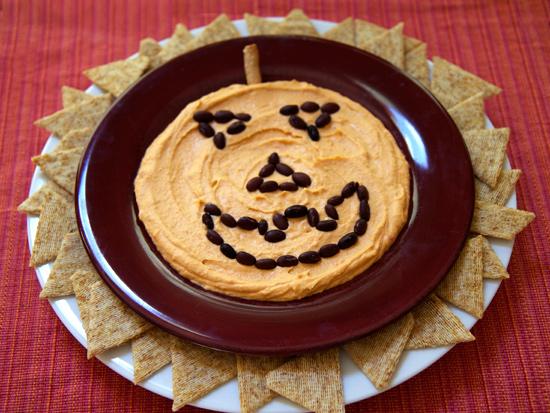 Töklámpás arcú humusz tányér Halloween estére.jpg