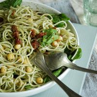 Spagetti triplazöld pestóval és csicseriborsóval