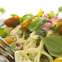 Mozzarellás bazsalikomos spagetti háromszínű paradicsommal