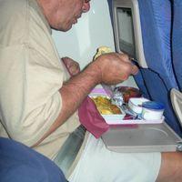 Tévhit #41: Másfél órás repülőúton ételt kell felszolgálni