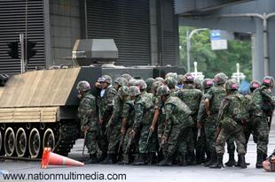 Tankokkal törték a barikádokat