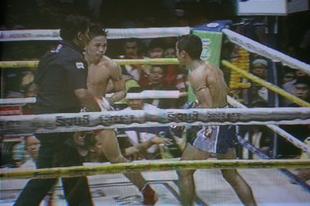 Thai boksz, ahol a bíró is használja a lábát