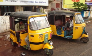 Nem tuktuk, autóriksa Indiából!