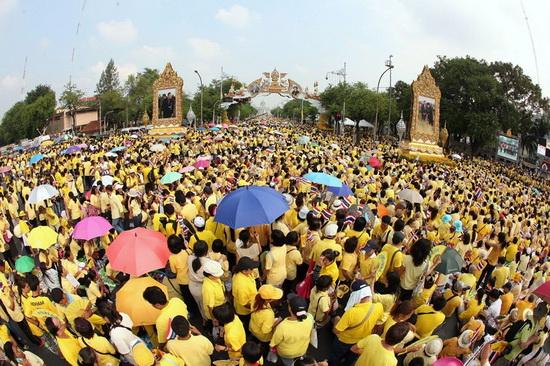 king_bd_crowd2_resize.jpg
