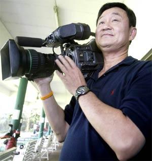 Thaksin kamerát ragad és visszafizet médiának (Fotó: Nation)