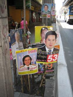 Nem spórolnak a plakátokkal
