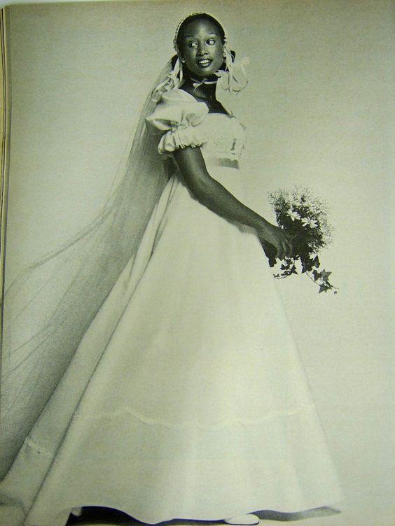 Divatba jött a válltömés és az aszimmetrikus kiegészítők. Egyre jobban a  ruha felső része hangsúlyozódik. Ahogy a 70-es évek divatjára úgy a  menyasszonyi ... fdf339f457