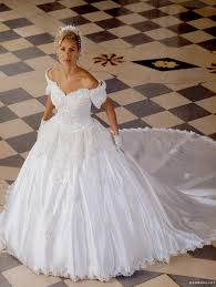 ecc5d0ff9c Az emberek még inkább ki akarják fejezni önmagukat, érzéseiket és  hovatartozásukat is a külsejükkel, ez alól nem kivétel az esküvői ruha ...