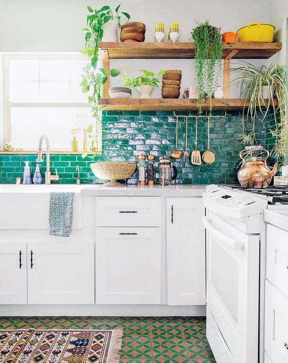 Egyszerű fehér konyha, rusztikus polcok, egyedül a csempe, ami kicsit extra.