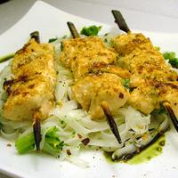 Csirkenyársak brokkolis rizstésztával