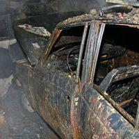 Autóstól égett ki a garázs