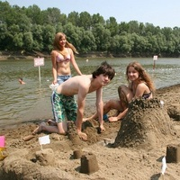Kerek popsik, dagadó izmok, bikinis lányok - képriportunk a Tisza-partról