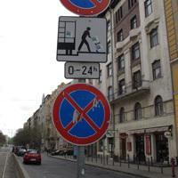 Ellentmondó táblák a körtérnél
