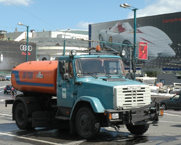 ZiL_truck_in_Moscow.jpg