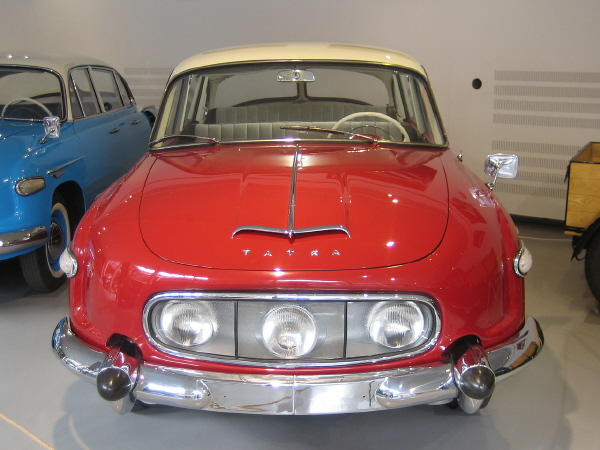 BoS Tatra 603 1-18 red-white (12).JPG