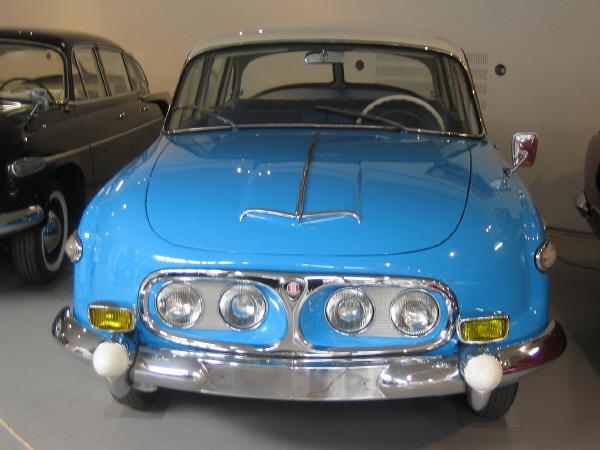 BoS Tatra 603 1-18 red-white (13).JPG