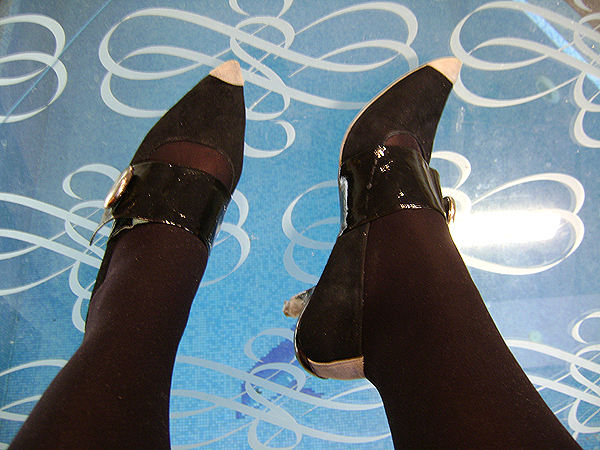 Irregular Choice bohókás hegyesorrú cipő nagy gombbal