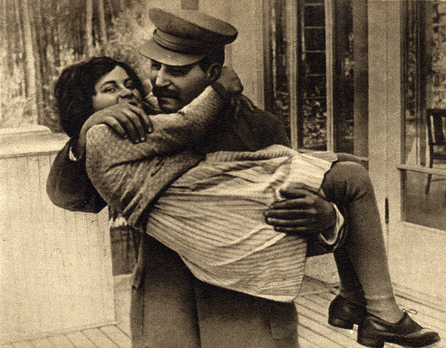 joseph_stalin_with_daughter_svetlana_1935.jpg