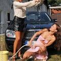 Autót és egymást mosó lányok