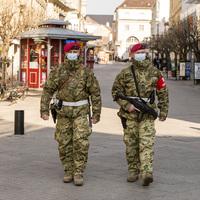 Katonák járőröznek az utcákon