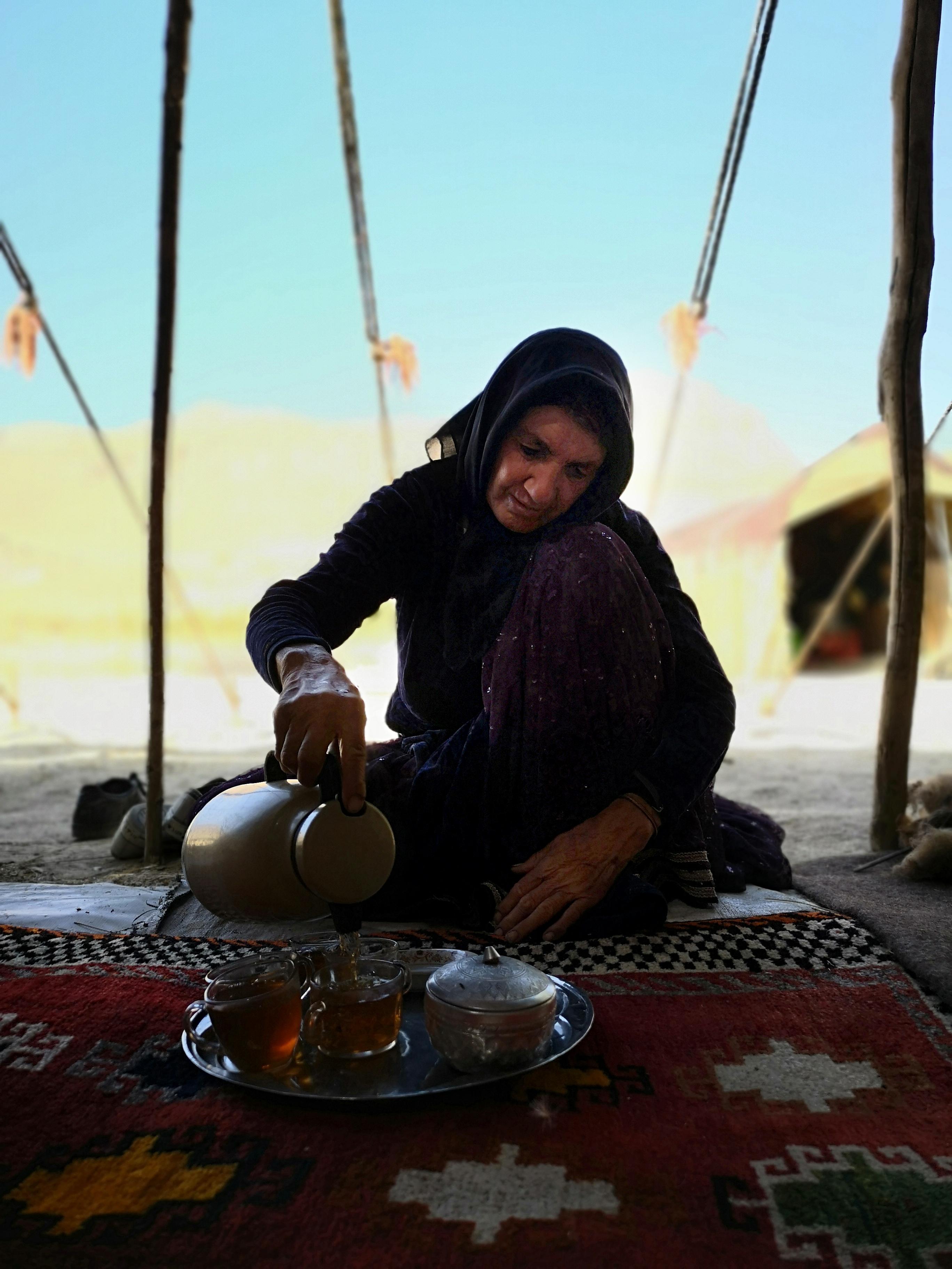 Bahman anyukája, Manzar, fogadott minket forró teával...