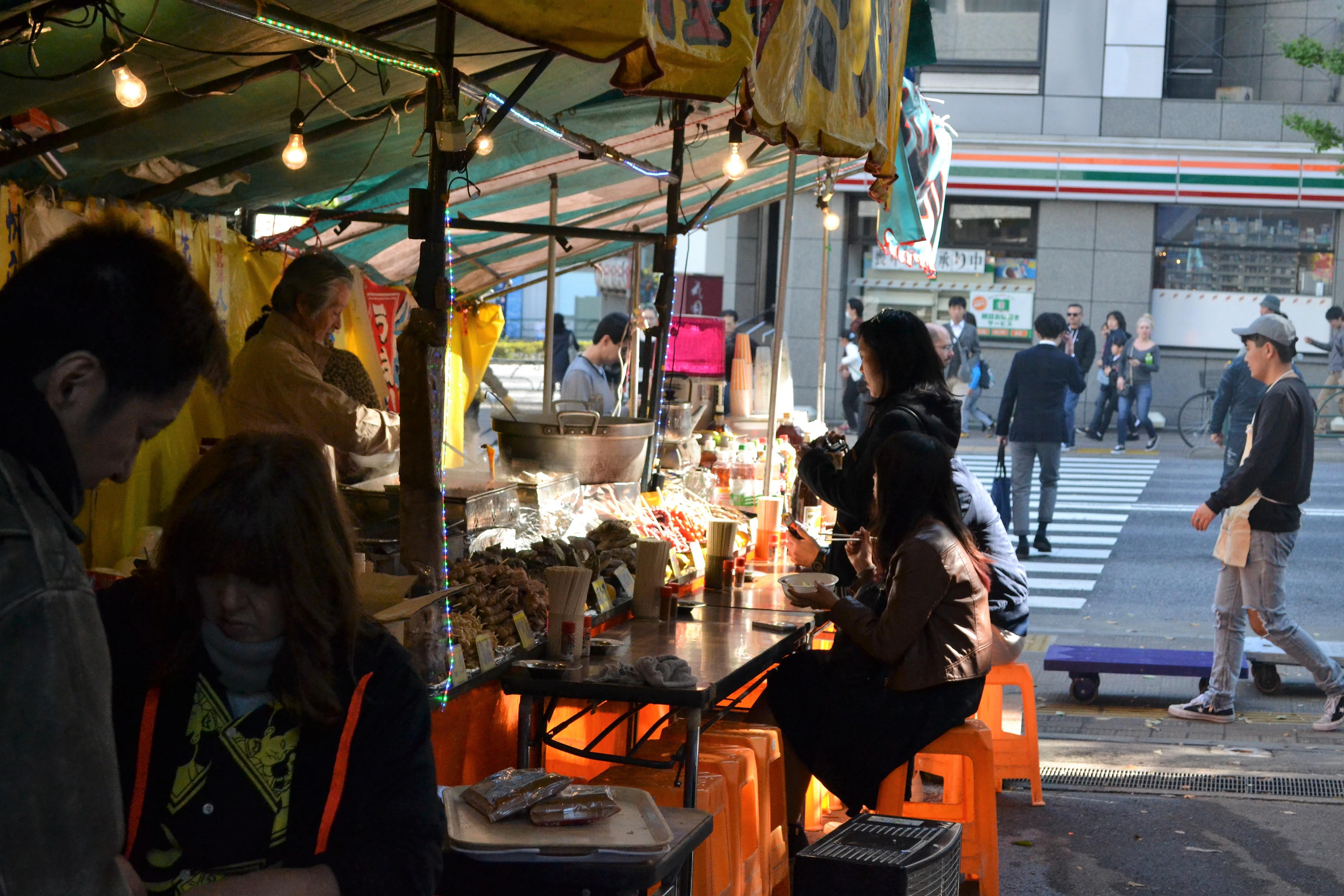 Utcai árus Ginza közepén