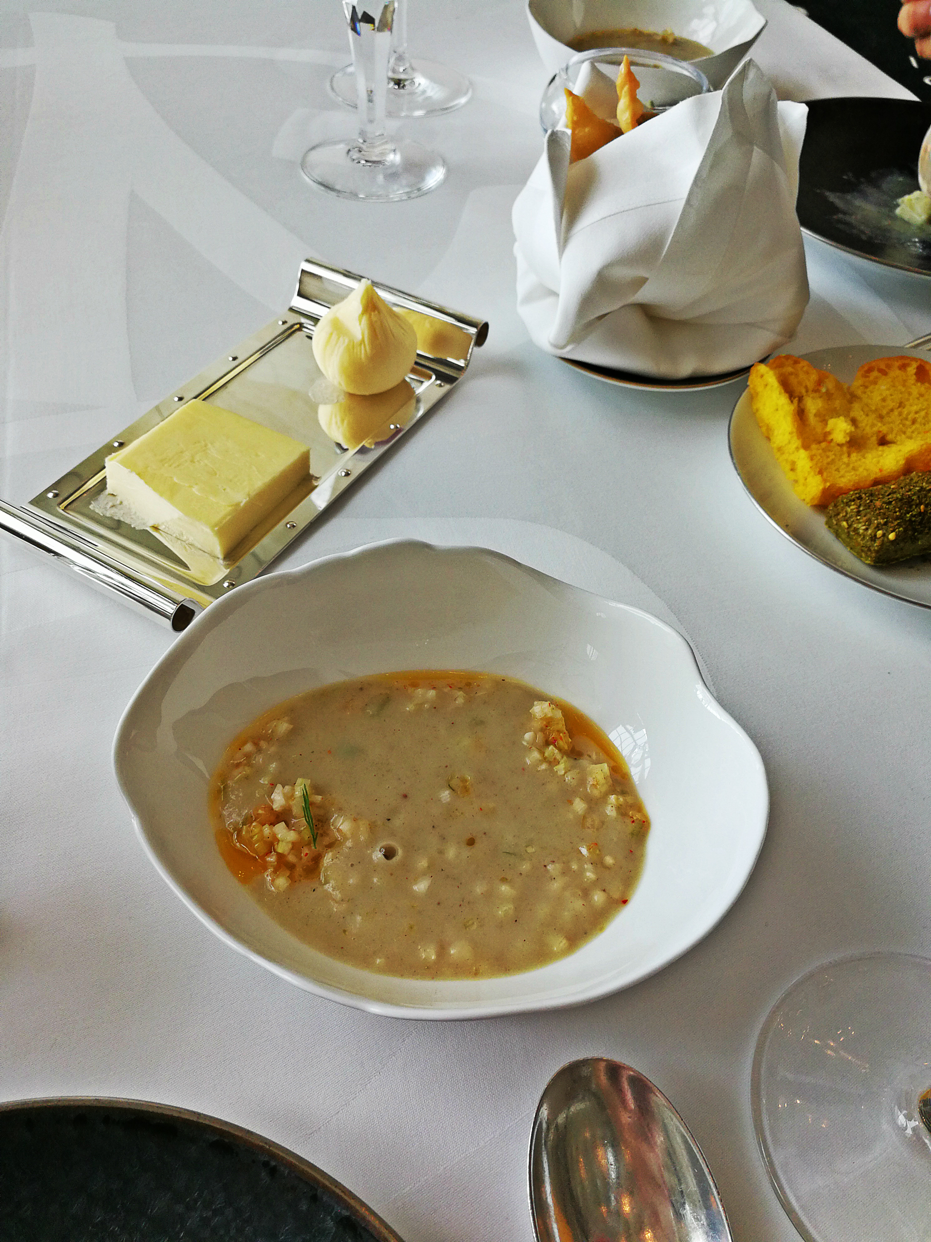 Harira és sáfrányos kenyér, és bárányos sambousek.