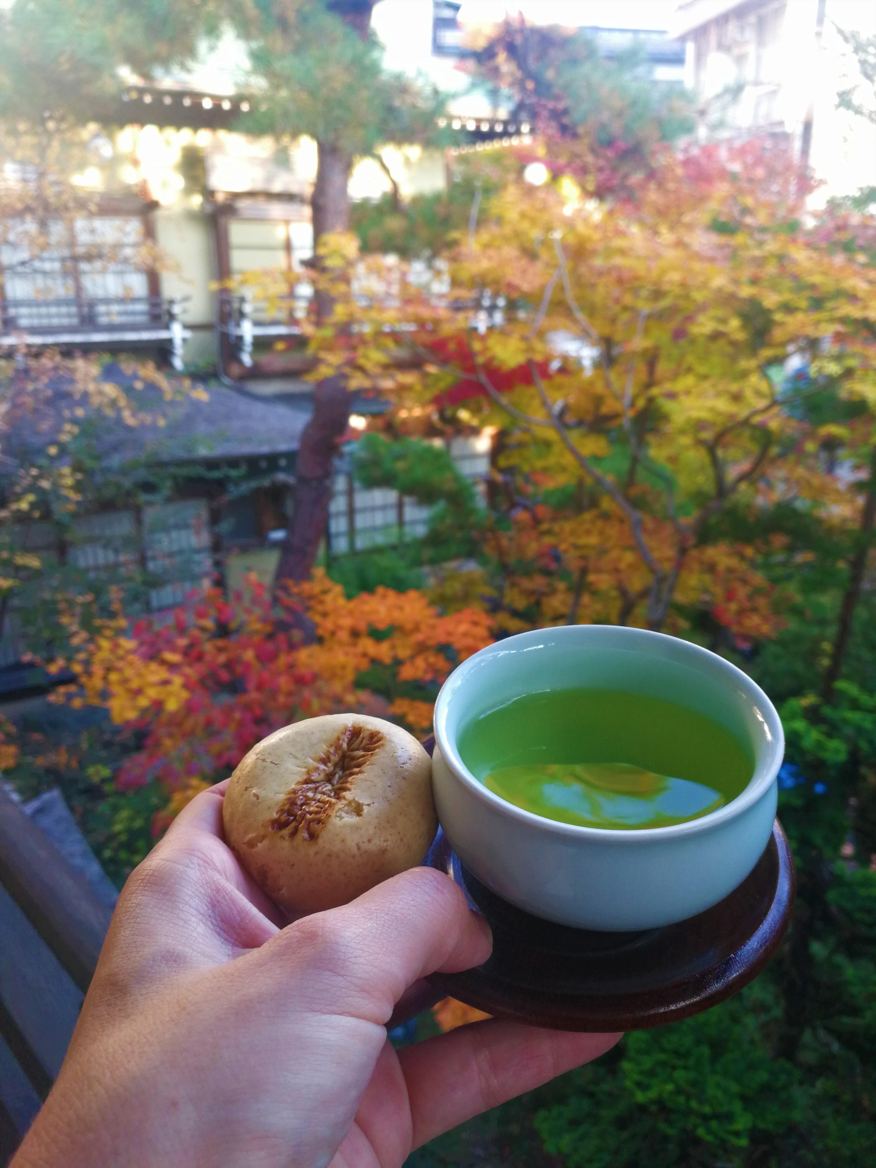 Zöld tea impresszív háttérrel.