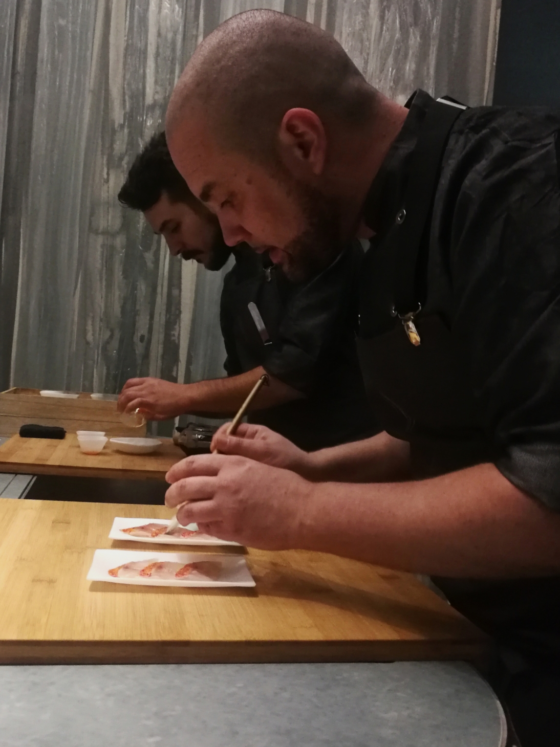 Oliver Peña a séf készíti el az első fogásokat