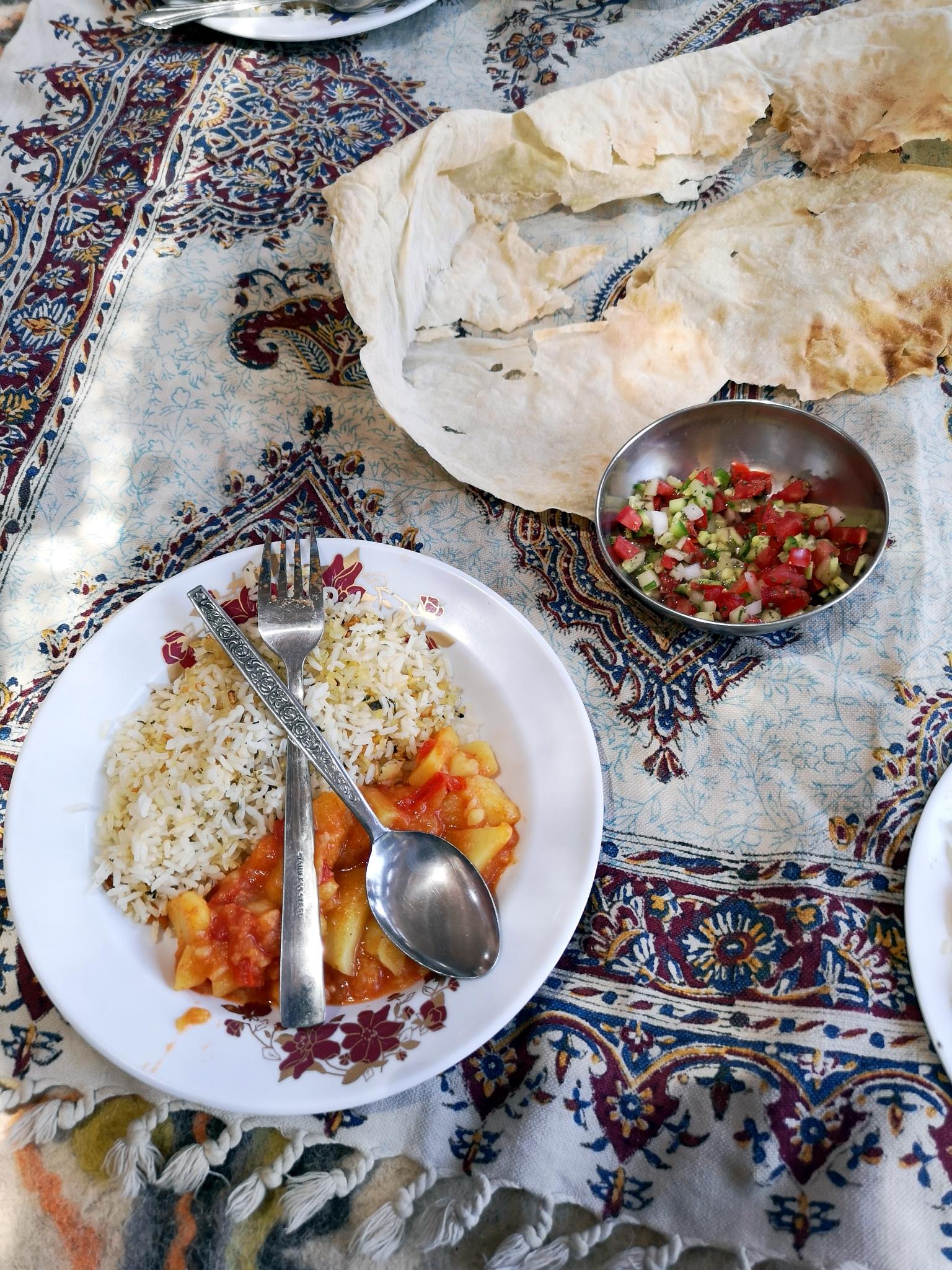 Rizs, pirított borbolyával és paradicsomos krumplival, minden főételhez járt shirazi (hagyma, uborka, paradicsom, menta) saláta és kenyér