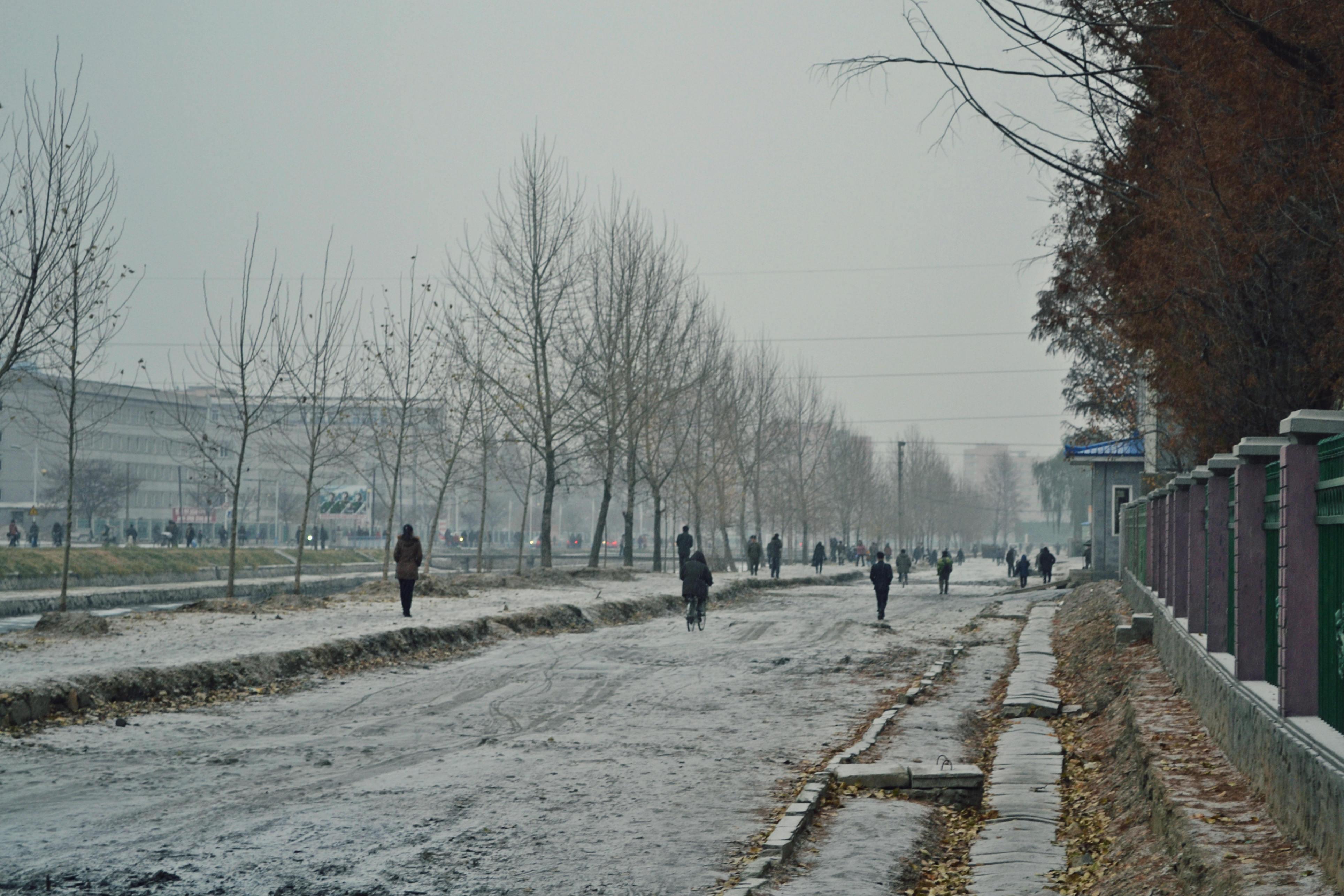 Phjongszong egyik utcája az első hóval.